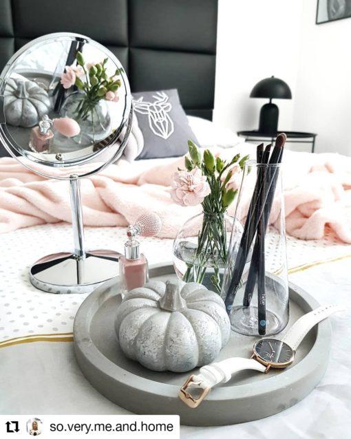 Poszewka dekoracyjna na poduszkę z jeleniem Regal Cotton w sypialni